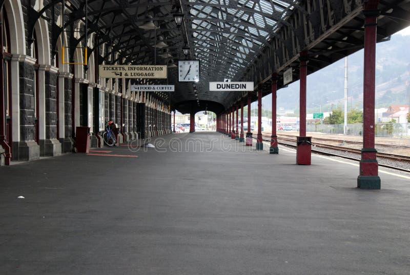 Plataforma en la estación de tren de Dunedin fotos de archivo