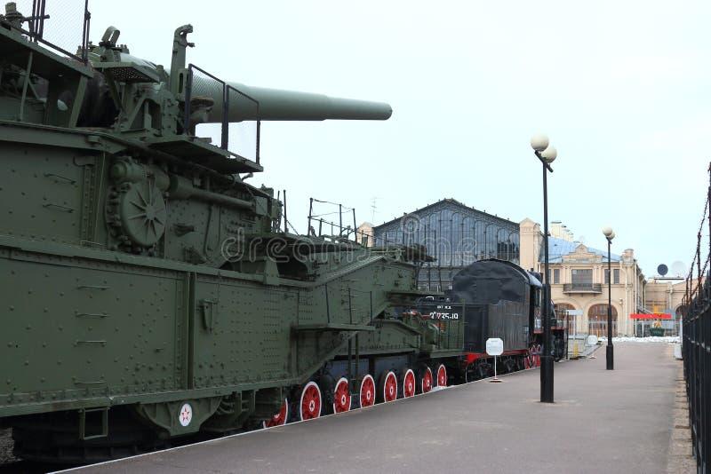 Plataforma ferroviaria militar con el arma extendido imagen de archivo libre de regalías