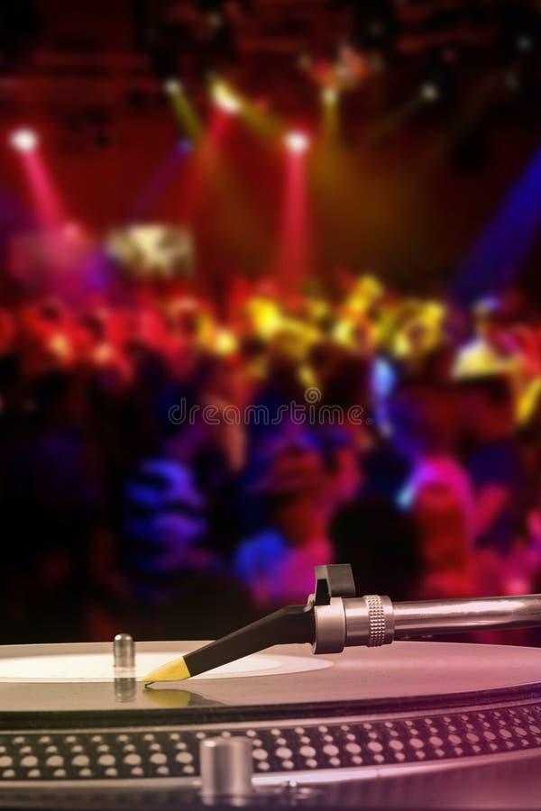 Plataforma giratória do DJ com registro de vinil no clube noturno fotos de stock