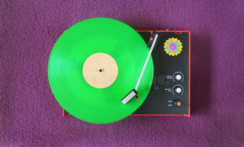 Plataforma giratória dos anos setenta do vintage com registro de vinil verde A rendição precisa da superfície preta do plástico n fotografia de stock royalty free