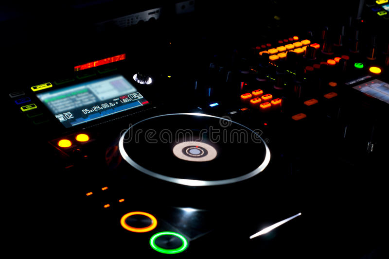 Plataforma giratória e registro de vinil de LP em uma plataforma da música do DJ fotos de stock royalty free