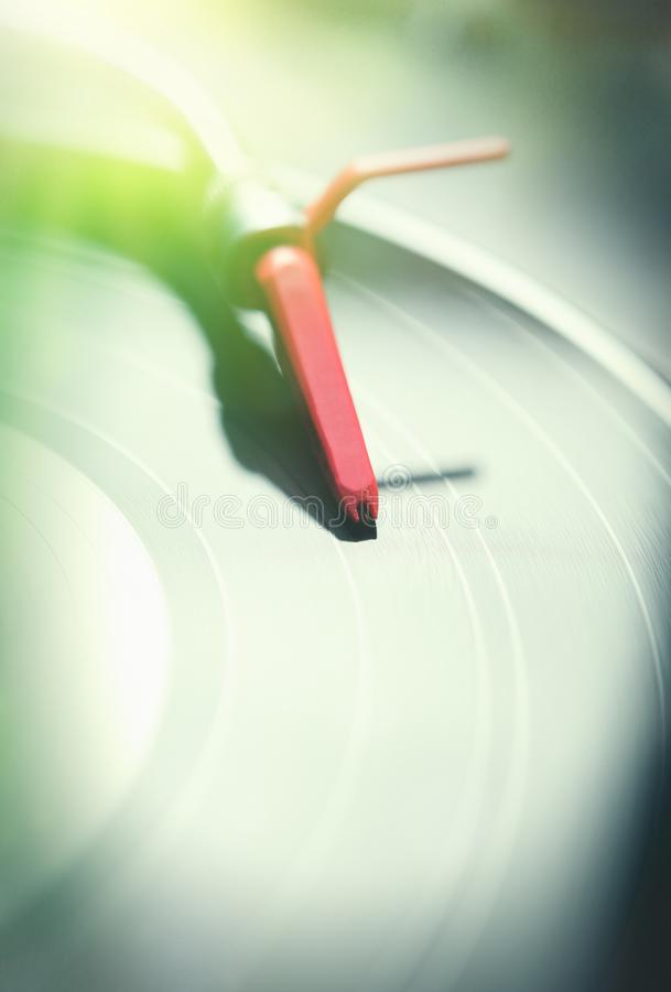 Plataforma giratória profissional do DJ com o disco do registro de vinil imagens de stock