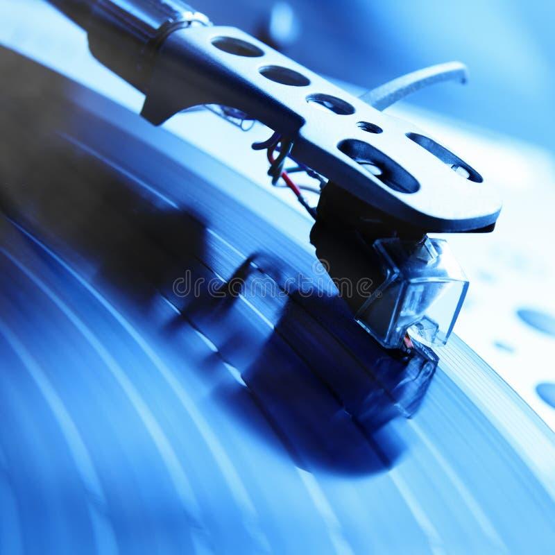 Plataforma giratória que joga o registro de vinil com música imagens de stock royalty free
