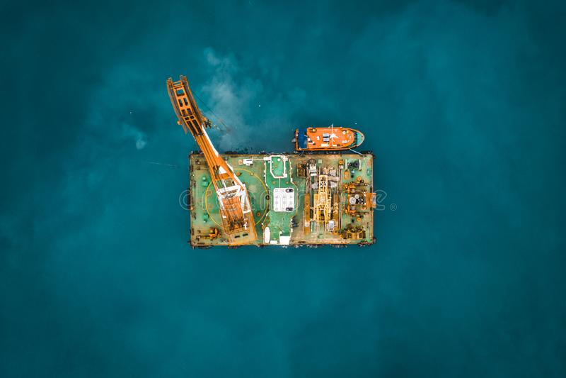 Plataforma industrial en el océano o la torre con la grúa o centro de investigación del mar de la ciencia, visión superior aérea  imagen de archivo libre de regalías