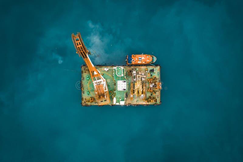 Plataforma industrial no oceano ou na torre com guindaste ou centro de pesquisa do mar da ciência, vista superior aérea do zangão imagem de stock royalty free