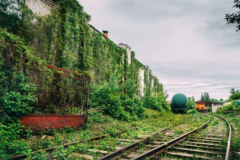 Plataforma industrial velha da estação de estrada de ferro, conceito do urbex do apocalipse do cargo fotografia de stock royalty free