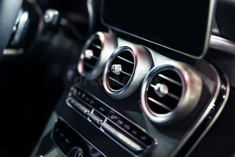 Plataforma interior do controle e da ventilação da C.A. do carro luxuoso fotos de stock