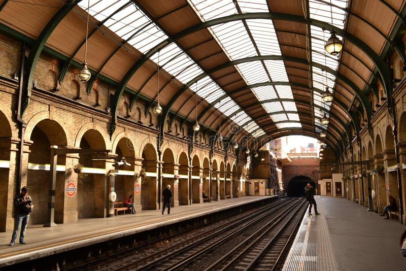Plataforma Londres de la estación del metro de Notting Hill foto de archivo libre de regalías