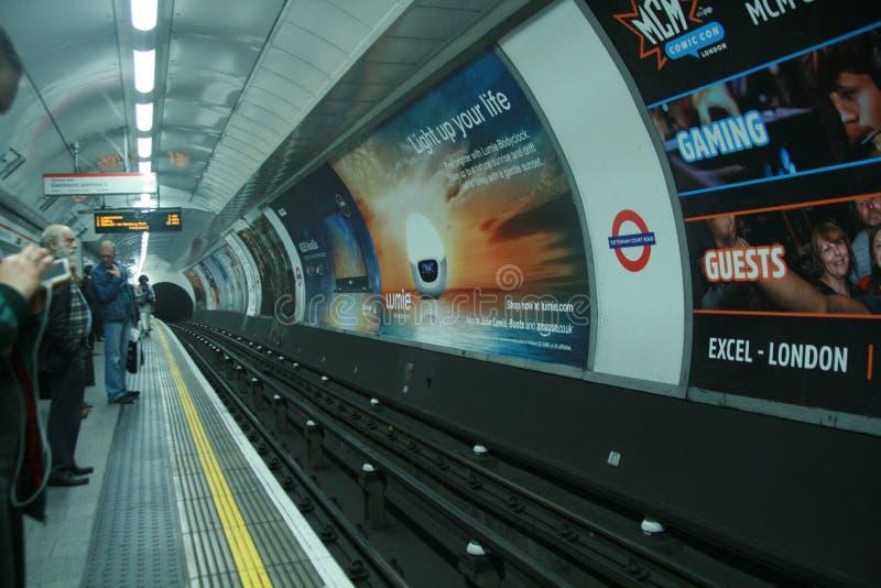 Plataforma Londres Tottenham Court Road subterráneo, línea central de la estación fotos de archivo libres de regalías