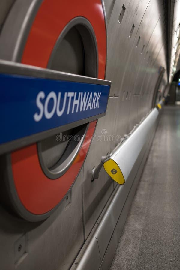 Plataforma na estação subterrânea de Southwark, nome da estação da exibição de Londres no roundel de TFL imagem de stock royalty free