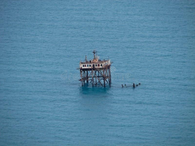Plataforma oceanográfico abandonada na baía azul em Crimeia imagem de stock