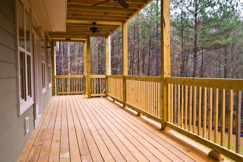 Plataforma/patamar de madeira na casa fotografia de stock