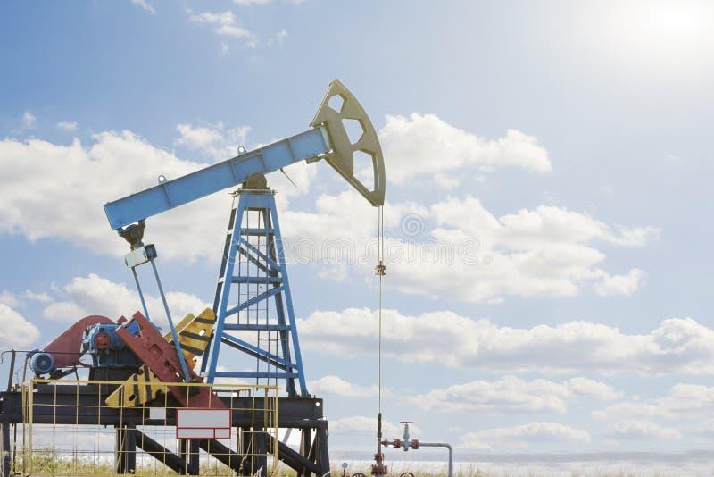 Plataforma petrolífera Bomba de petróleo Equipamento da indústria petroleira fotos de stock royalty free