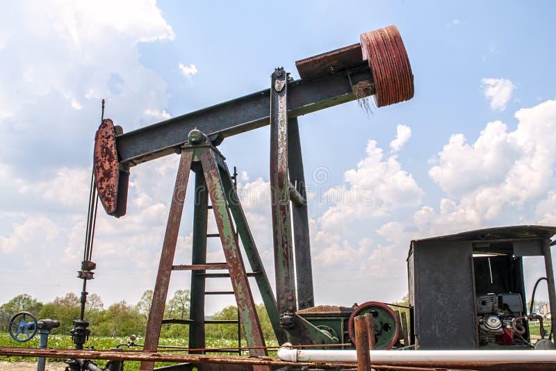 Plataforma petrolífera da terra, bem, plataforma, imagens de stock royalty free