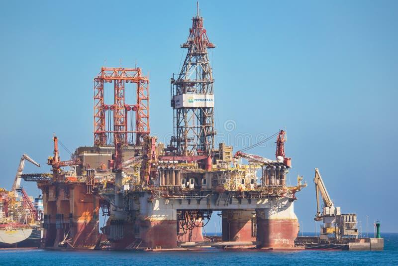 A plataforma petrolífera de Petrobras entrou, esperando seja reparada o 10 de janeiro de 2016 no porto de Tenerife, Espanha fotos de stock royalty free