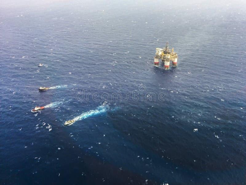 Plataforma petrolífera Louisiana a pouca distância do mar, EUA imagens de stock royalty free