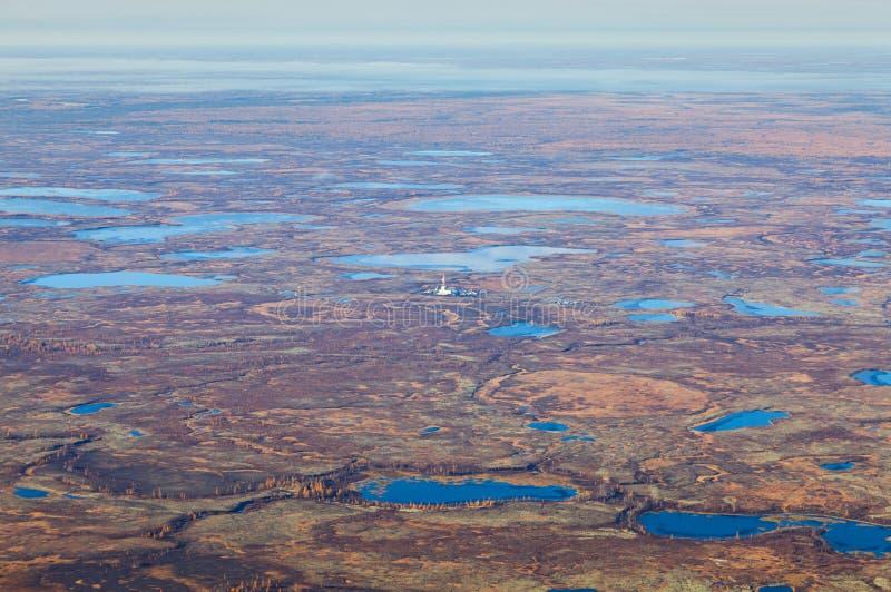 Plataforma petrolífera na tundra, vista superior foto de stock