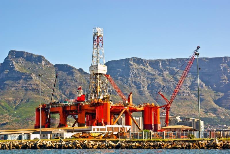 Plataforma petrolífera no louro do oceano fotografia de stock royalty free