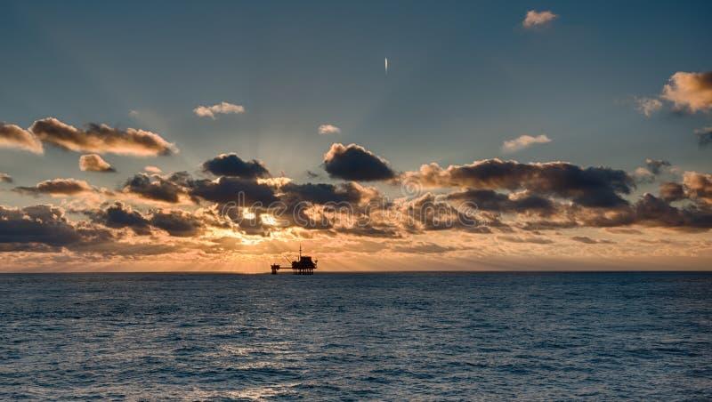 Plataforma petrolífera no Mar do Norte imagens de stock royalty free