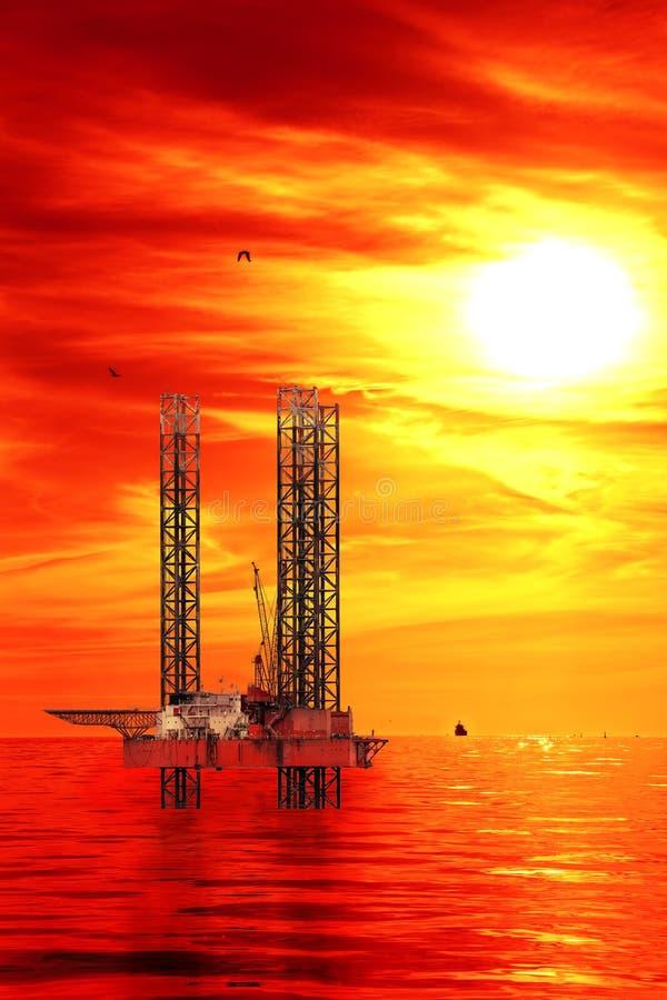 Plataforma petrolífera no nascer do sol fotografia de stock