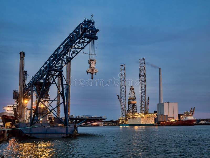 Plataforma petrolífera no porto de Esbjerg, Dinamarca imagens de stock