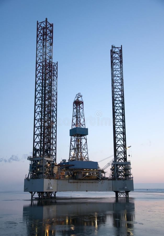 Plataforma petrolífera a pouca distância do mar imagem de stock