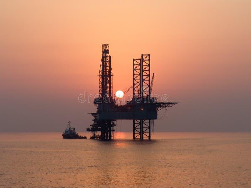 Plataforma petrolífera a pouca distância do mar foto de stock
