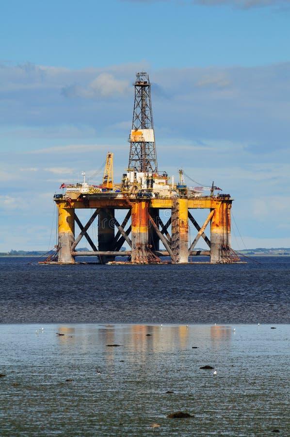 Plataforma petrolífera a pouca distância do mar fotos de stock royalty free