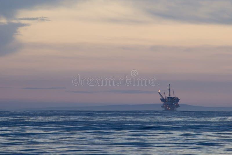 Plataforma petrolífera a pouca distância do mar foto de stock royalty free
