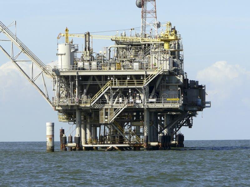 Plataforma petrolífera a pouca distância do mar do Golfo do México imagens de stock royalty free