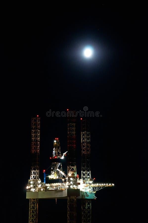 Plataforma petrolífera a pouca distância do mar no porto de Esbjerg, Dinamarca fotografia de stock