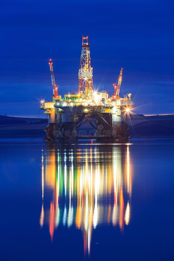 Plataforma petrolífera semi submergível durante o nascer do sol no delta de Cromarty imagem de stock