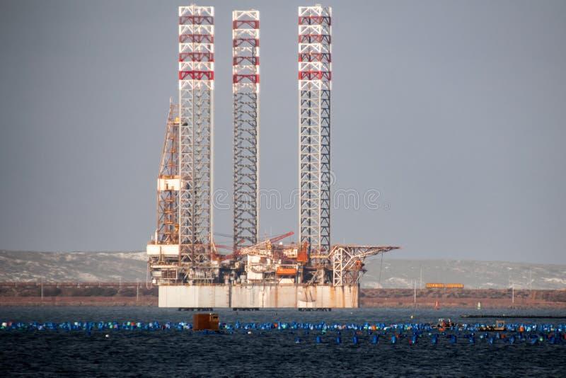 Plataforma petrolera amarrada en puerto con las piernas levantadas foto de archivo