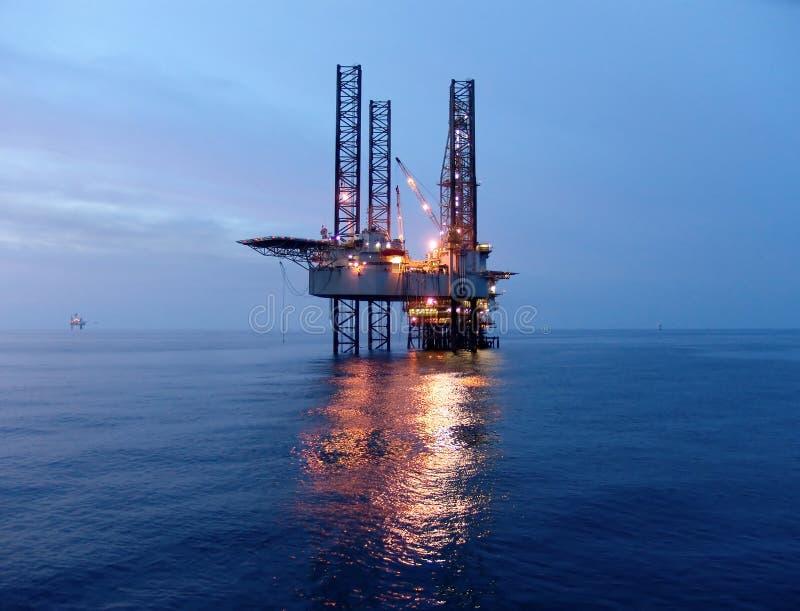 Plataforma petrolera antes de la salida del sol imagen de archivo