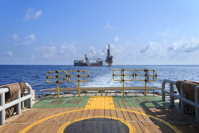 Plataforma petrolera blanda de la perforación (plataforma petrolera de la gabarra) en la plataforma de la producción imágenes de archivo libres de regalías