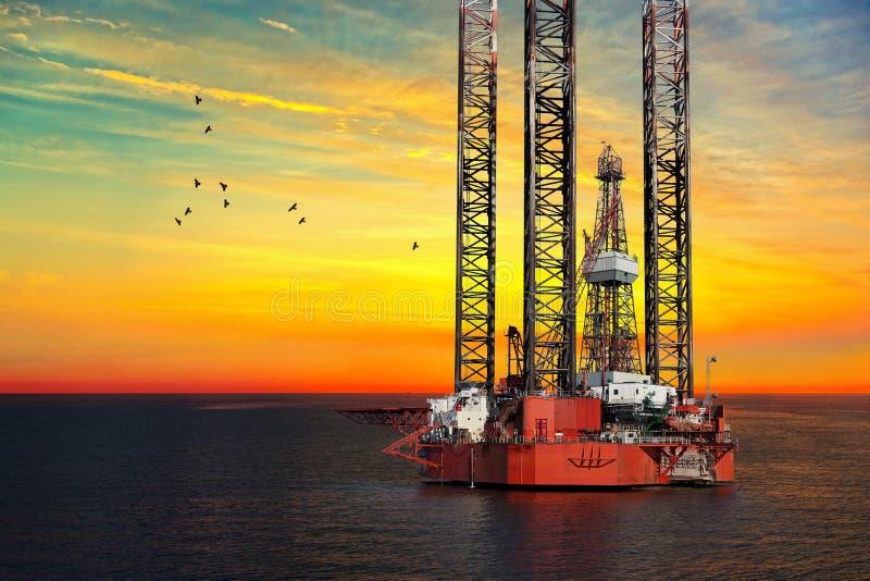 Plataforma petrolera en el mar fotografía de archivo