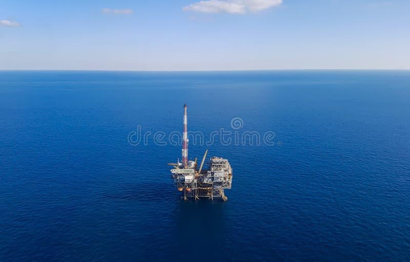 Plataforma petrolera en el mar - visión aérea fotografía de archivo