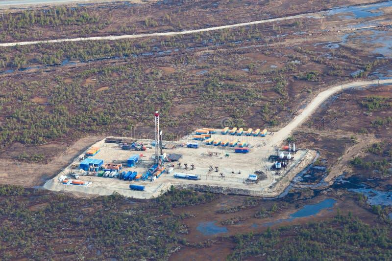 Plataforma petrolera en el pantano, visión superior foto de archivo