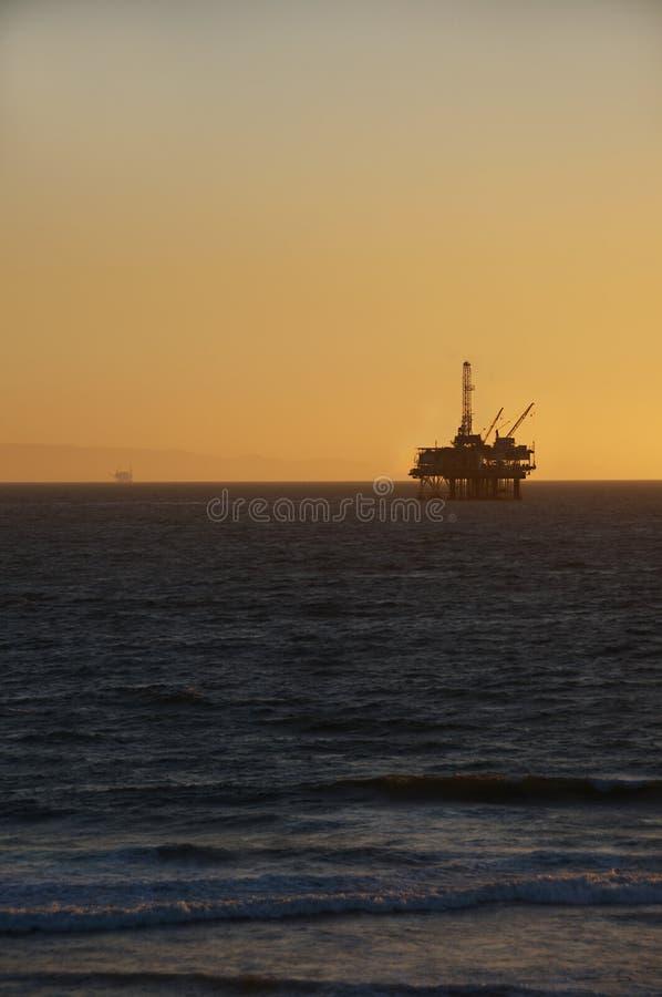 Plataforma Petrolera En La Puesta Del Sol. Imágenes de archivo libres de regalías