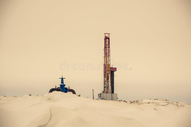 Plataforma petrolera y manantial en oilfiled foto de archivo libre de regalías