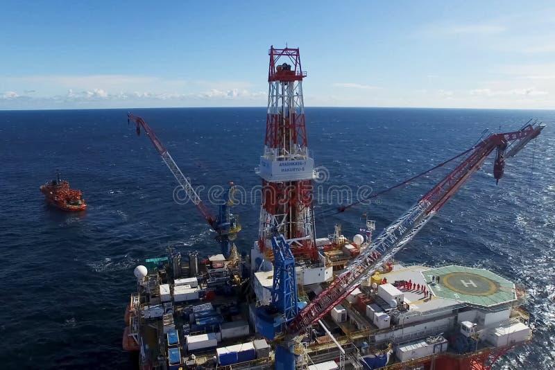 Plataforma a pouca distância do mar do óleo no mar Extração do óleo na prateleira fotografia de stock