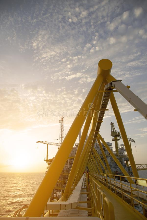 Plataforma a pouca distância do mar da construção para o petróleo e gás da produção Indústria de petróleo e gás e trabalho duro P imagens de stock