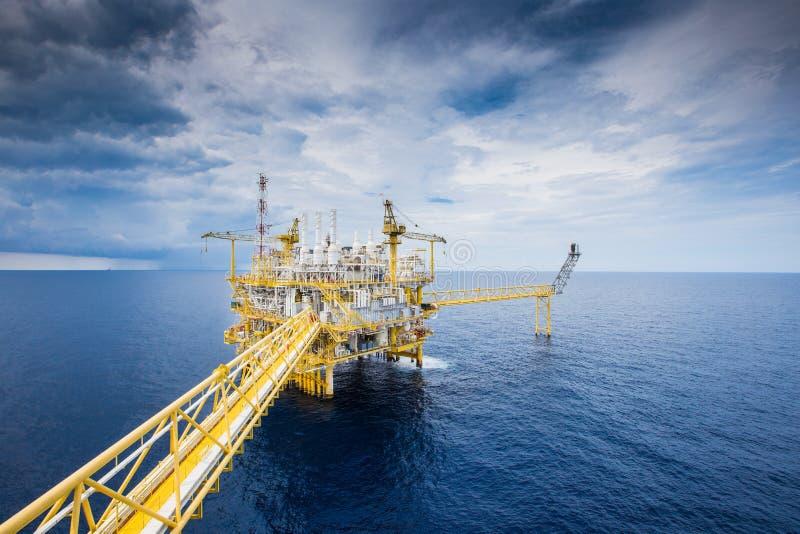 Plataforma a pouca distância do mar da construção do petróleo e gás para tratar gáss crus e enviado à refinaria, ao petroquímico  fotografia de stock
