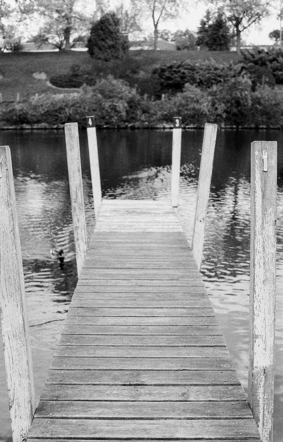 Plataforma preto e branco ao lado do rio imagens de stock
