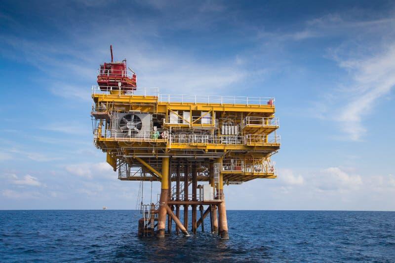 Plataforma remota del manantial del petróleo y gas para el negocio de petróleo y gas, mirando del barco del equipo imágenes de archivo libres de regalías
