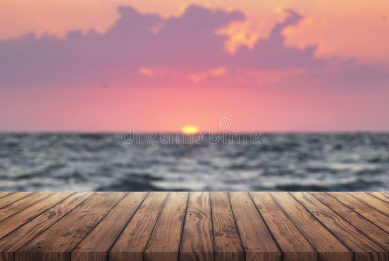 Plataforma retro de madeira e nascer do sol, fundo das férias de verão, tabela de madeira velha para a propaganda no fundo do por imagem de stock