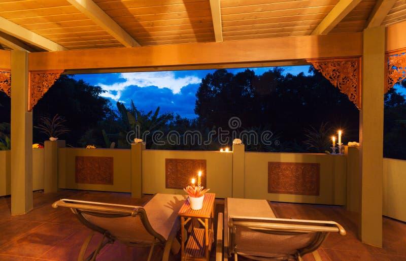 Plataforma romântica na casa tropical no por do sol foto de stock royalty free