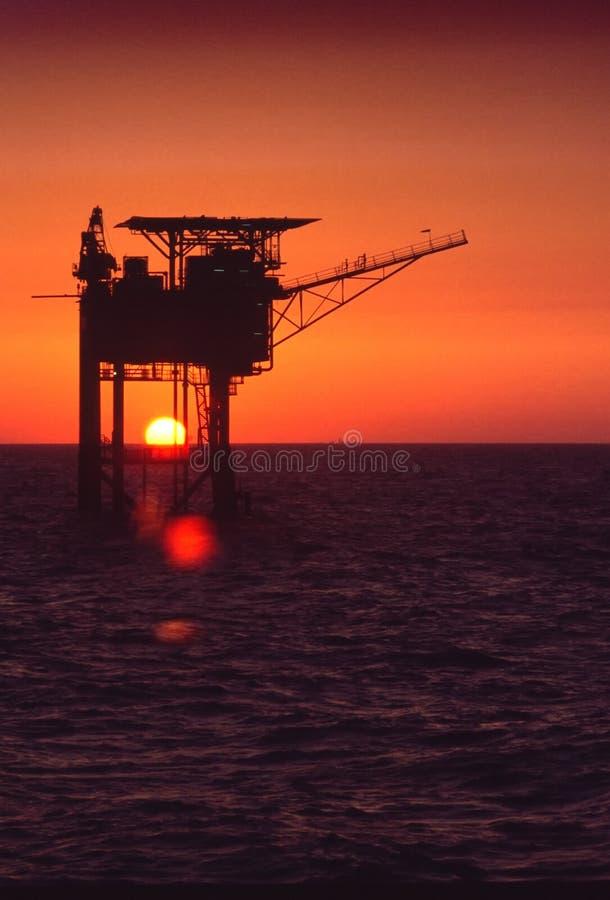 Plataforma satélite da produção do gás no Mar do Norte foto de stock