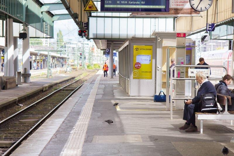 Plataforma, terminais, aterrissagens e passageiros do trem do leão fotos de stock
