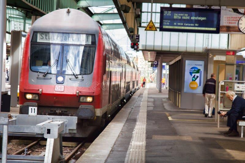 Plataforma, terminais, aterrissagens e passageiros do trem do leão fotografia de stock royalty free